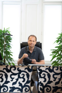 Dr. Filipitsch im Besprechungsraum